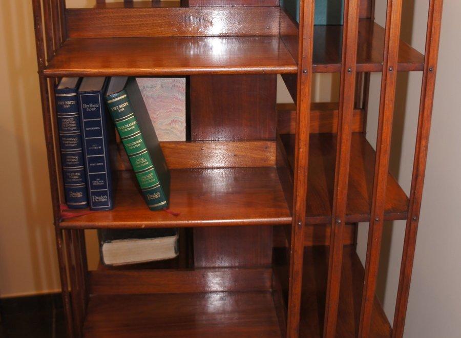 Draaiende boekenkast in walnoot uit Montreal