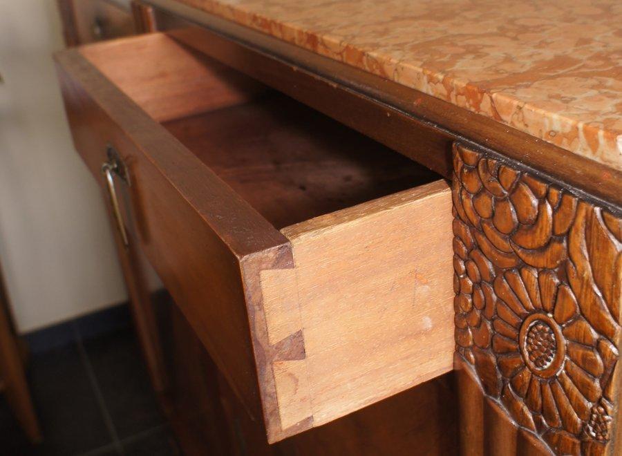 Massief eiken kast werd afgewerkt met fineerhout.
