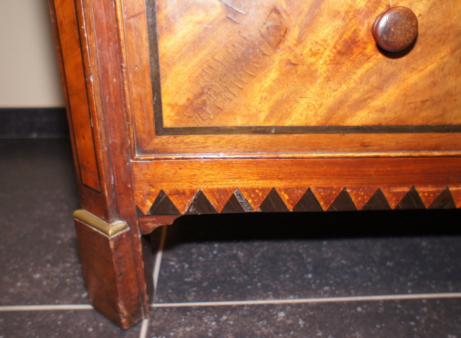 Antieke commode in verschillende houtsoorten