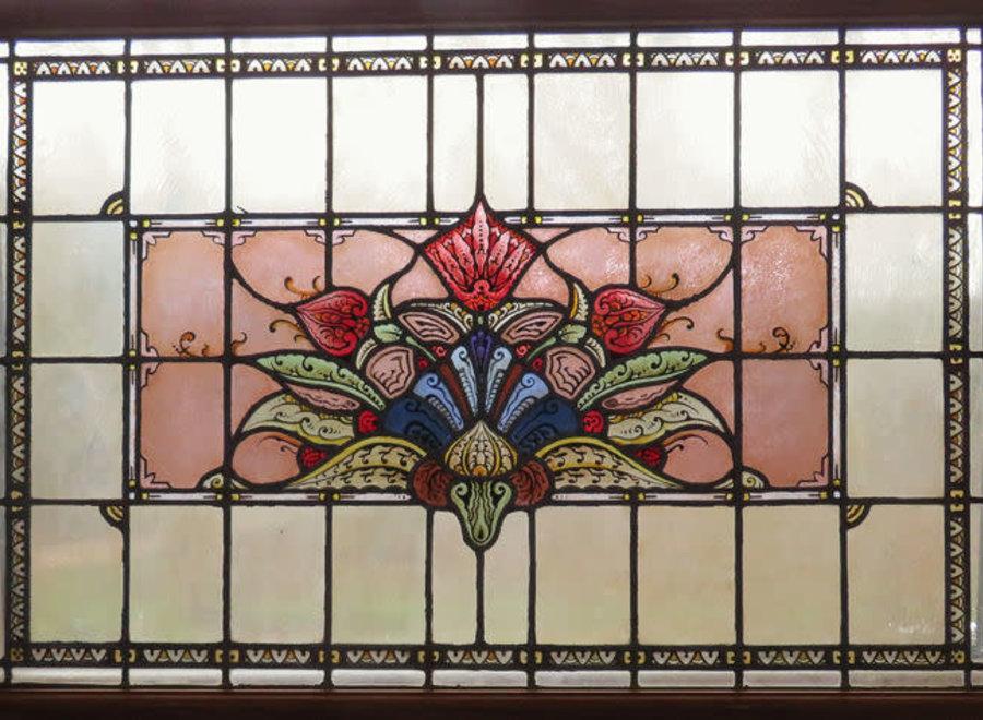 Glas-in-lood raam met florale motieven
