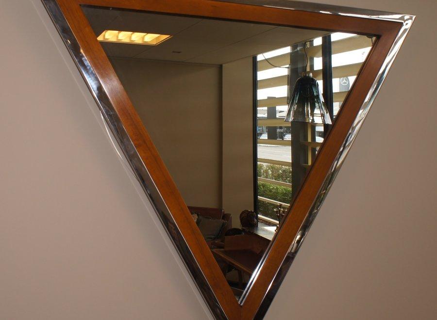 Spiegel in houten lijst met bijkomende elegante afwerking in chroom