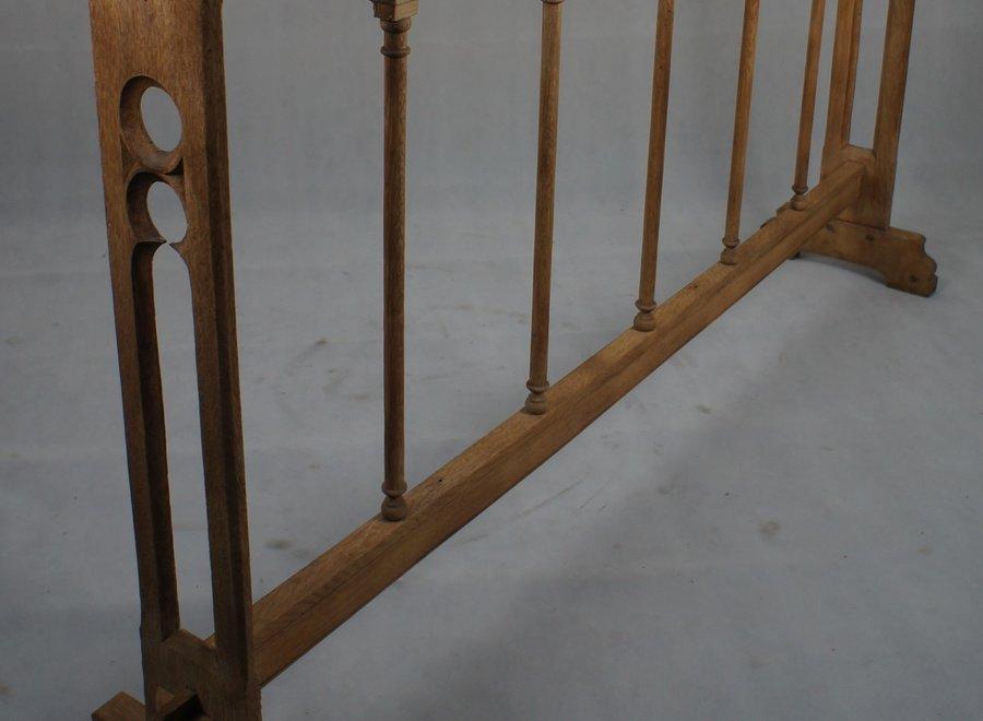 Eikenhouten kerkhekje in originele staat hersteld