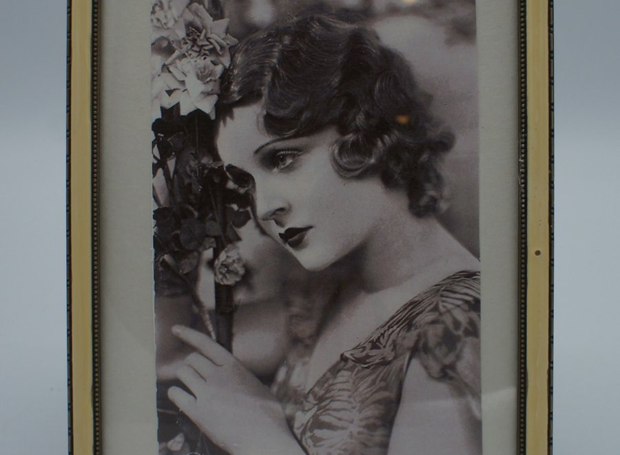 Elegant photo frame with flat glass, imitation mother-of-pearl and floral metal