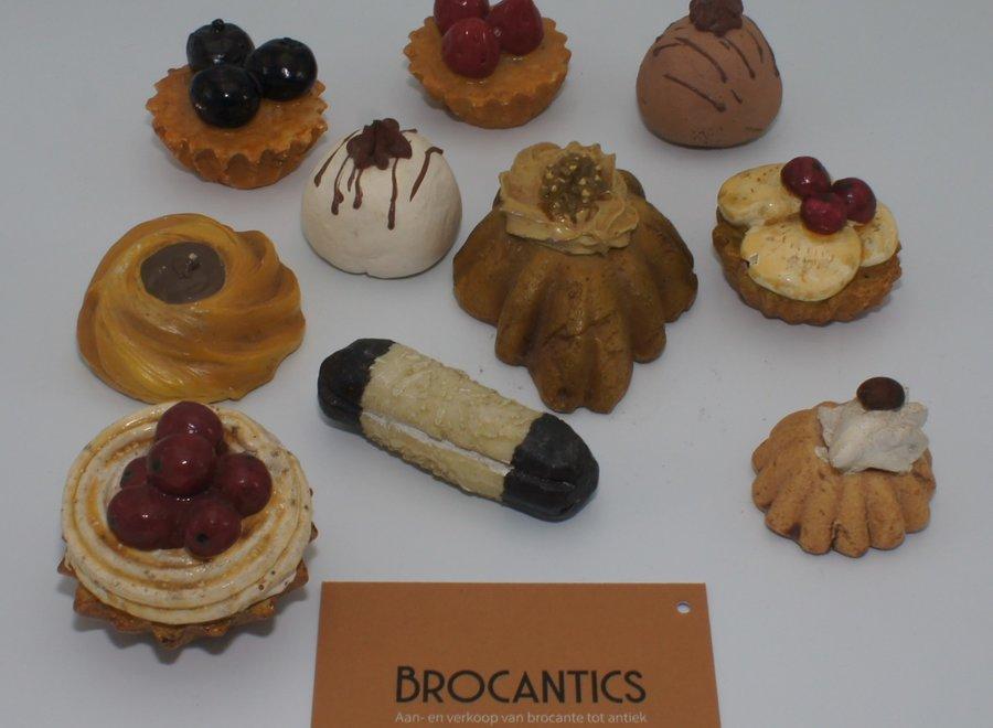 Nederlandse gebakjes gemaakt van aardewerk, hars en polyester - Ca 1975