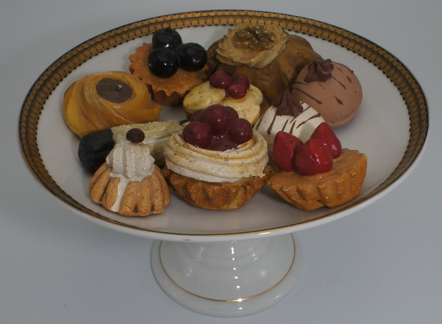 Set of 10 decorative pastries (excl. serving dish)