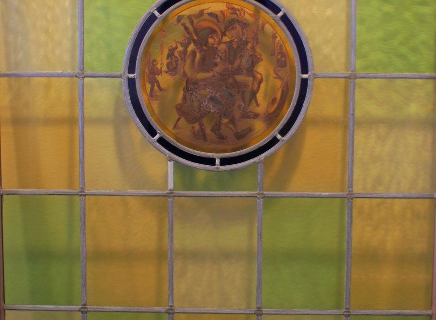 Belgisch glasraam met tafereel