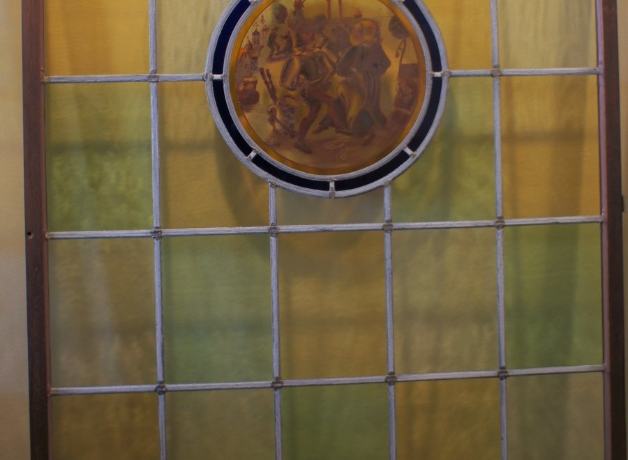 Origineel raam glas in lood - wit, geel, groen met Middeleeuws tafereel in het midden