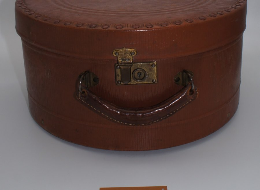 Round hat box with intact inner lining