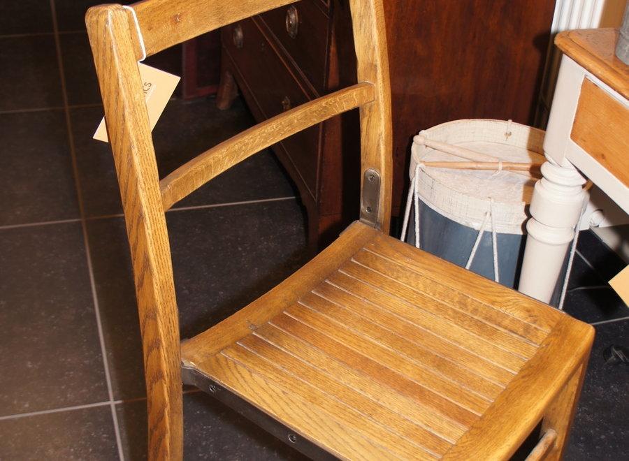Eiken stoel met metalen versteviging aan de zijkant