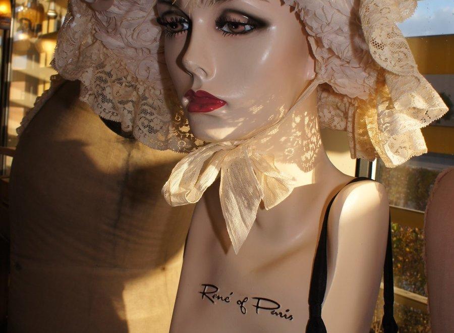 Zeer mooi, vrouwelijk mannequinhoofd met lange wimpers