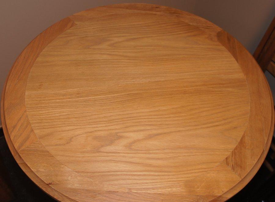Ronde tafel met gietijzeren voet