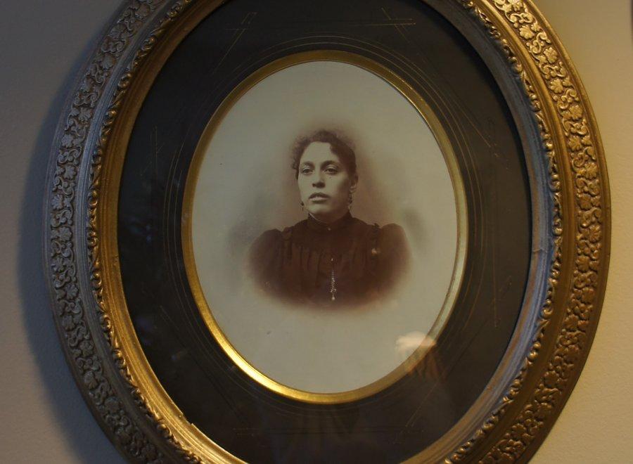 Koppel familieportretten in authentieke ovale kader