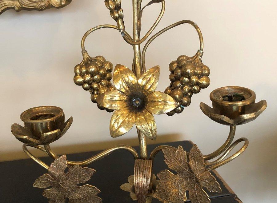 Koperen kerkkandelaar met bloemen en bladeren