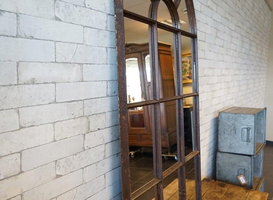 Oude industriële spiegel in gelakt metaal met roestpatina