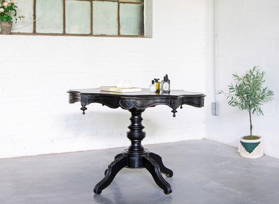 Oude eiken tafel in barokke stijl