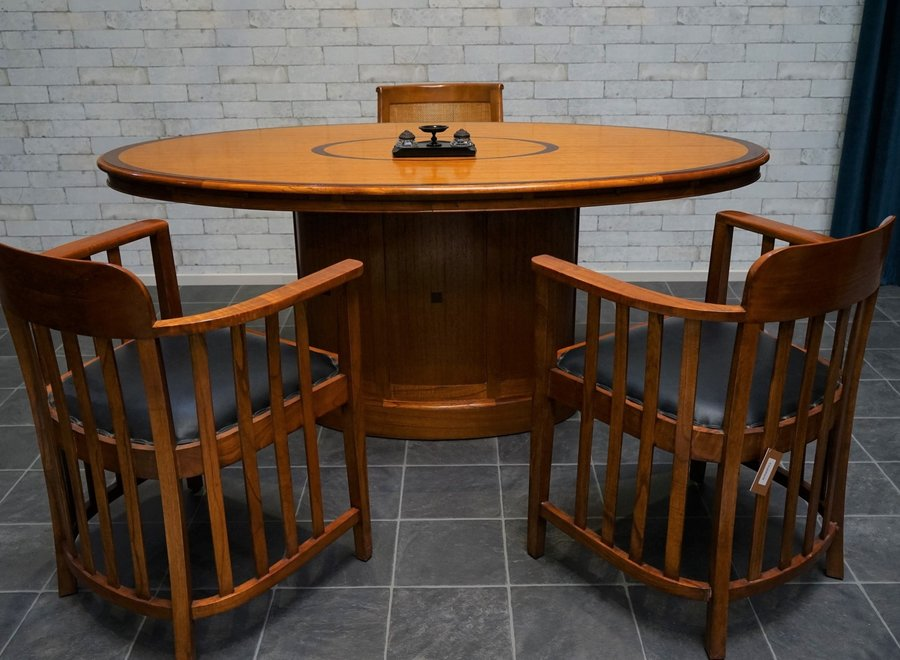 Bureaustoel in witte ceder (uitgevoerd in warme kleur van kerselaar) met zwart leder