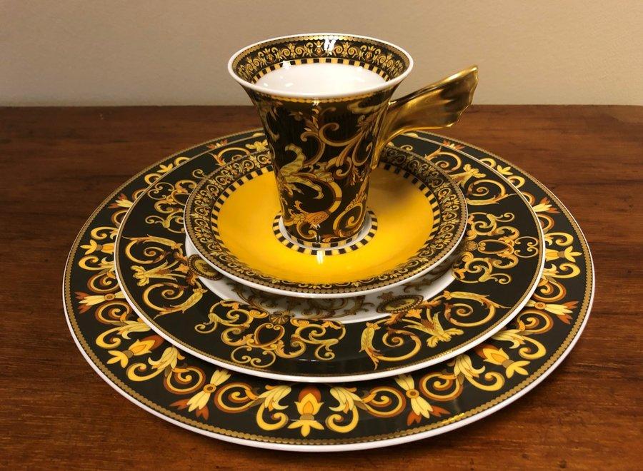 """Versace set """"Barocco"""" bestaat uit 2 borden, een koffiekop en schotel"""