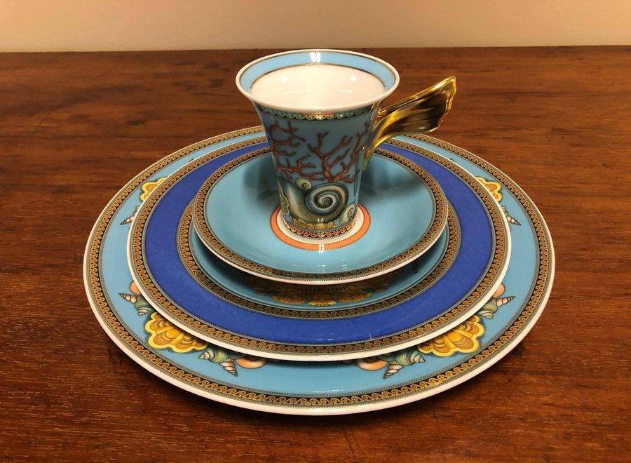 """Versace set """"Les Trésors de la Mer"""" bestaat uit 2 borden, een koffiekop en schotel"""