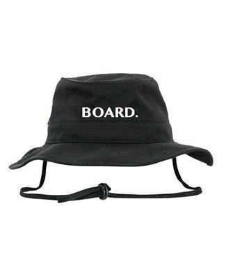 Poederbaas BOARD. Bucket hat van Poederbaas logo - zwart