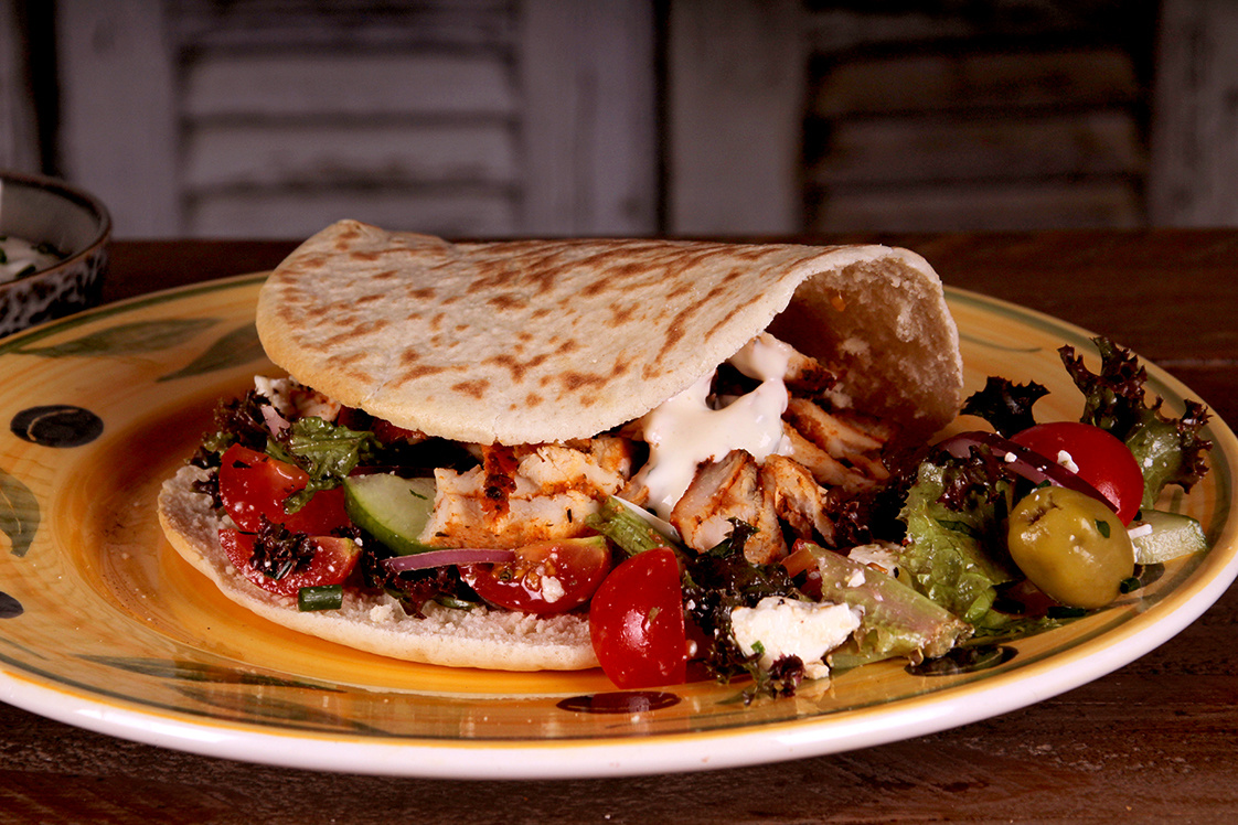KIP GYROS met Griekse salade en zelfgemaakte knofllooksaus.