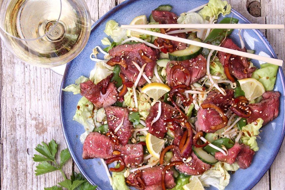 Wagyu biefstuk in Thaise salade met rode ui