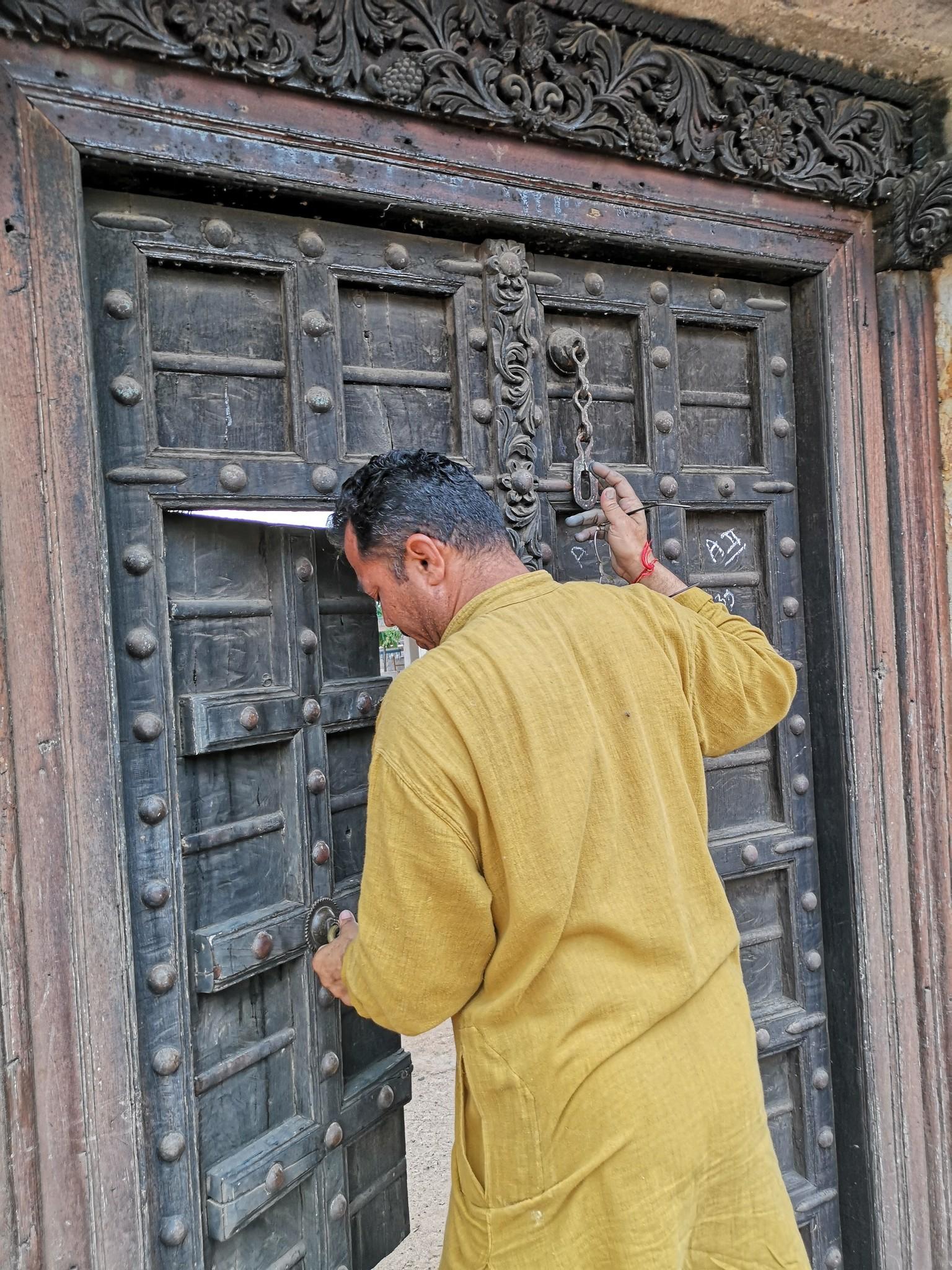 Samji opent de poort naar de binnenplaats