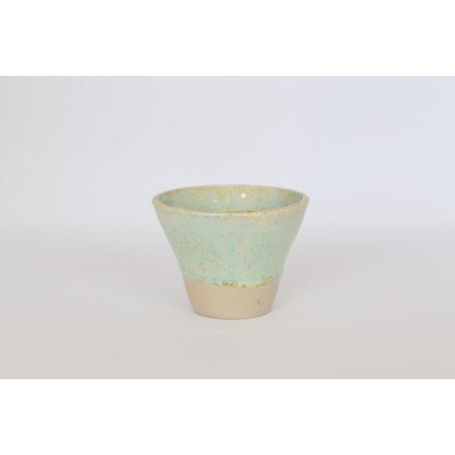 Expressotasje, potje handgemaakt in beige gietklei met een zeer mooie groene kristalglazuur.