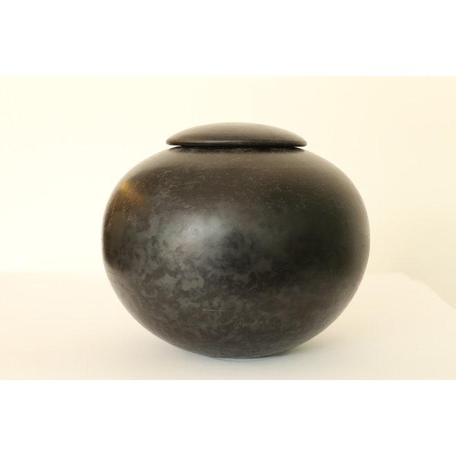 Een bol in aardewerk afgewerkt met een zwevend dekseltje.