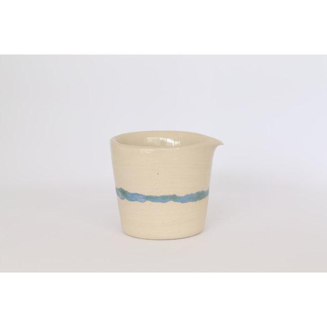 Keramisch handgemaakt melkkannetje met een groen en blauw subtiel randje.