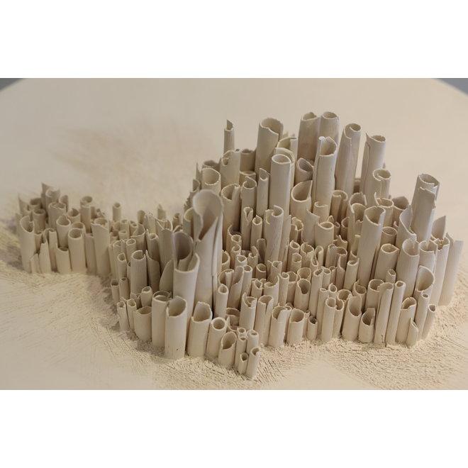 Keramische kunst verwerkt op een schaal gemaakt uit het aardse klei met onafgewerkte pijpjes.