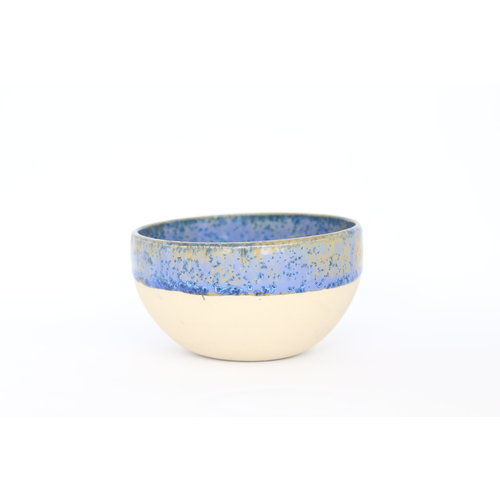 Un bol qui peut être combiné et utilisé avec beaucoup de choses. Idéal pour une sauce, une collation, des olives, des sushis, des tapatjes, ... de couleur neutre mais qui orne de son authenticité.