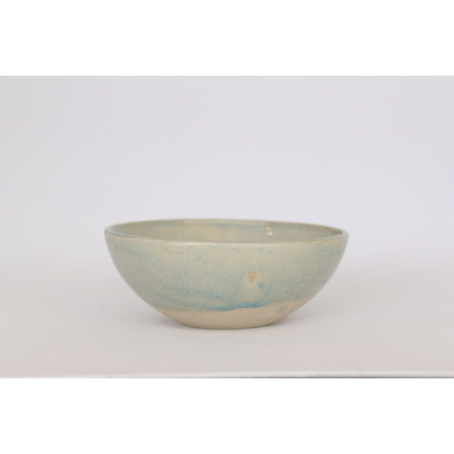A bowl that can be combined and used with a great deal. Ideal for a sauce, snack, olives, sushi, tapatjes, ... Neutral in color but adorns with its authenticity.