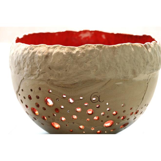 Lumières de vent XL est une pièce unique faite à la main avec une spirale de trous et un bel intérieur rouge orange