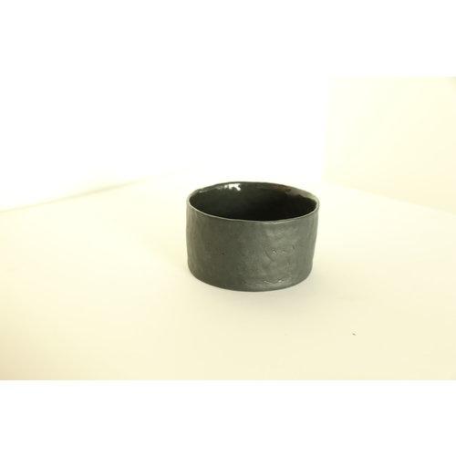 K!-design Handgemaakt schaaltje, beker of potje in zwarte porselein met een blinkende transparante glazuur afgewerkt.