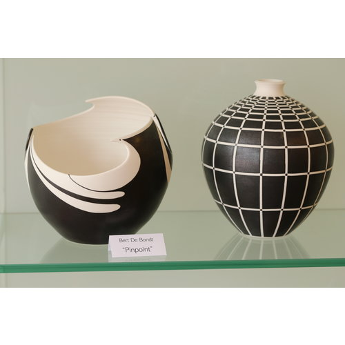 """BDB-kunst Vase in porcelain """"Pinpoint"""" with elegant lines in black and white"""