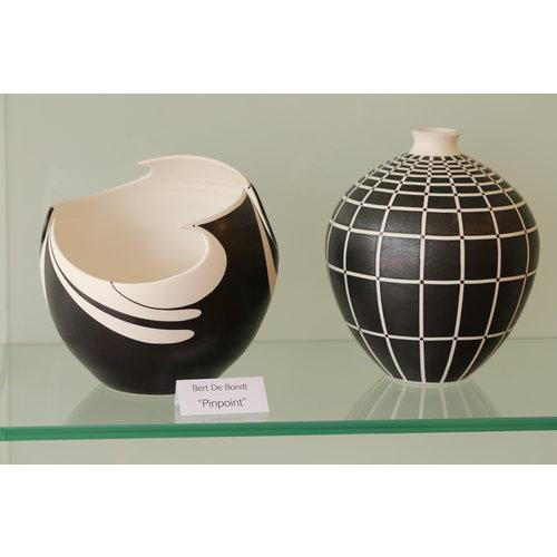 """BDB-kunst Vaasje in porselein """"Pinpoint"""" met een elegant lijnenspel in zwart en wit"""