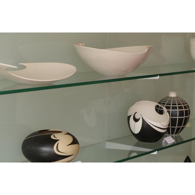 Ici, l'art et la céramique s'allient dans un bol avec un jeu de lignes élégant