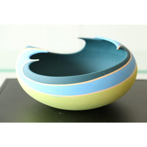 BDB-design Mooi gedraaide kom afgewerkt met een groen, blauwe en turquoise glazuur
