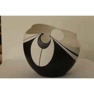 BDB-kunst Pinpoint is een gedraaide schaal in zwart wit combinatie.