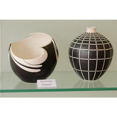 BDB-kunst Schaal in porselein met zwarte matte glazuur afgewerkt