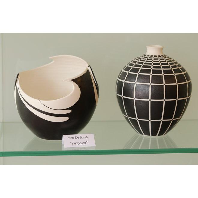 Schaal in porselein met zwarte matte glazuur afgewerkt