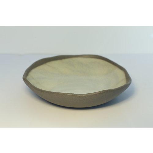 K!-design Een bord met stijl, speels en spontaan gemaakt van grijze klei en afgewerkt met groene glazuur