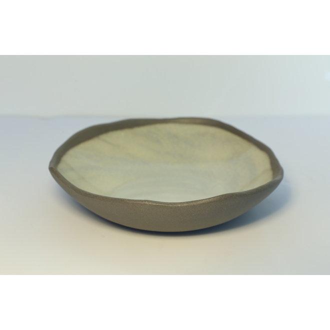 Een bord met stijl, speels en spontaan gemaakt van grijze klei en afgewerkt met groene glazuur