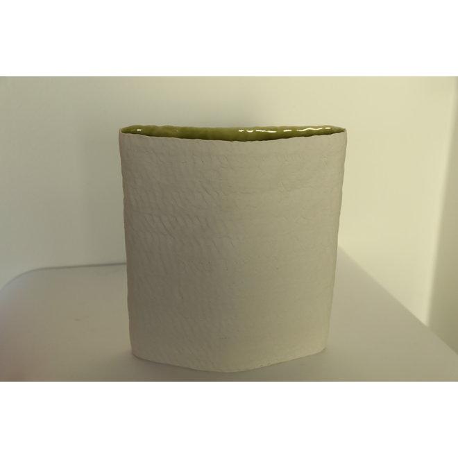 """Vases """"Lacs"""" fabriqués à la main en porcelaine dans différentes formes et couleurs."""