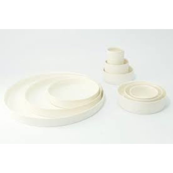 Collection de plats et bols faits à la main en porcelaine avec un glaçage transparent brillant à l'intérieur.