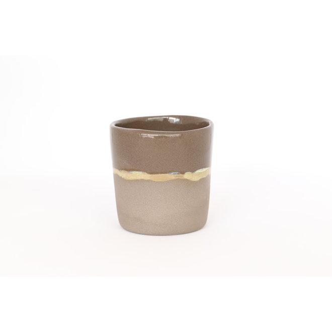 Keramisch espressotasje handgemaakt in grijze gietklei met een natuurlijk oker randje