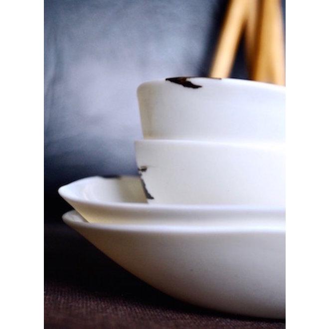 Mangez des sushis avec style grâce à cette vaisselle en porcelaine faite main qui fait partie de la collection Clyde.