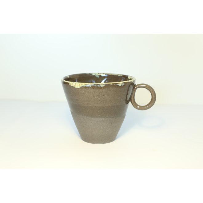 Keramisch expressotasje handgemaakt in grijze gietklei met een natuurlijk oker randje