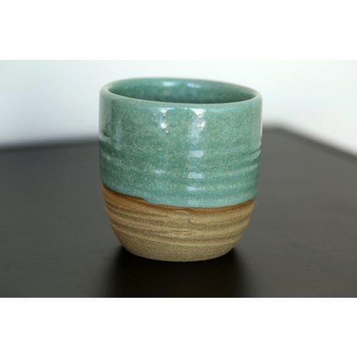 ARTISANN-design Met de draaischijf handgemaakte tas van natuurklei afgewerkt met een mooie groene hoogbakkende glazuur.
