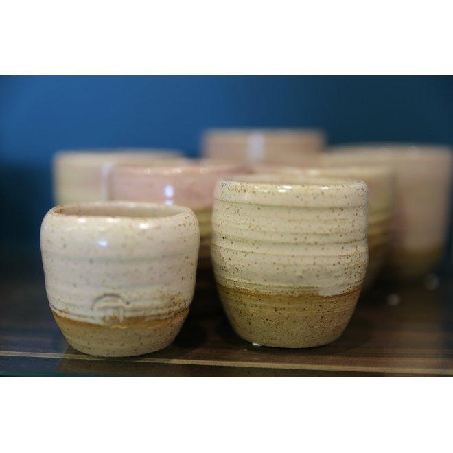 Met de draaischijf handgemaakte tas van gespikkelde Pottery clay met een mooie subtiel roze hoog bakkende glazuur.